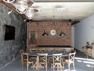 Salón de juegos Paredes y pisos de estilo minimalista de GIL+GIL Minimalista Ladrillos