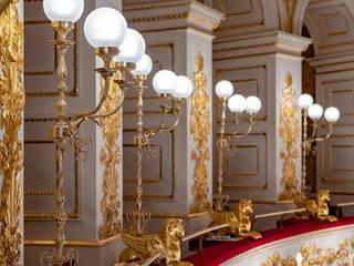 Piantane artigianali con grifone dorato Sedi per eventi in stile classico di MULTIFORME® lighting Classico