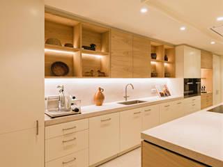 Keuken appartement, Kapellen België Moderne keukens van ÈMCÉ interior architecture Modern Hout Hout