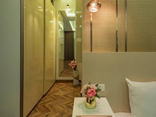 De Panache Pasillos, vestíbulos y escaleras de estilo moderno Vidrio Beige
