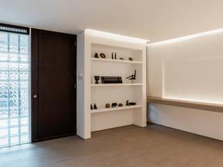 pram.studio Salas de estilo minimalista Madera Blanco