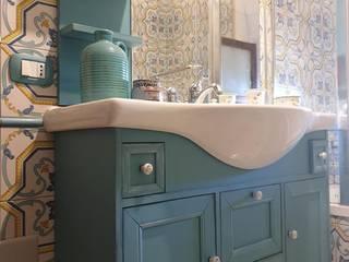 Vuoi rinnovare il bagno? Prova a dipingerlo! Bagno in stile mediterraneo di Mobili a Colori Mediterraneo
