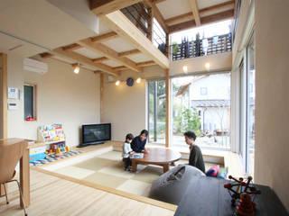 Phòng giải trí phong cách hiện đại bởi 株式会社 建築工房零 Hiện đại