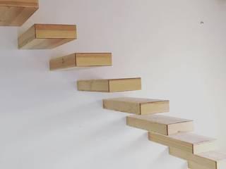 Urbanlift Lda - Engenharia e Reabilitação de Edifícios Corridor, hallway & stairsStairs خشب Amber/Gold