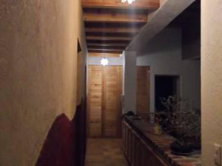 Pasillo de acceso a recámaras Pasillos, vestíbulos y escaleras rústicos de Forma Arquitectónica SA de CV Rústico
