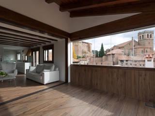Casa entre o castelo e o jardim Varandas, marquises e terraços rústicos por Raul Garcia Studio Rústico