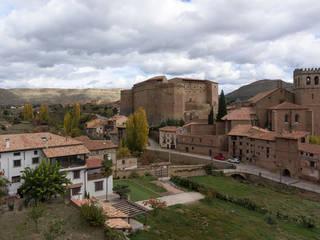 Casa entre o castelo e o jardim Casas rústicas por Raul Garcia Studio Rústico