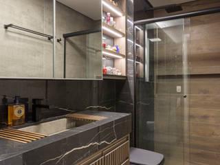 Studio super funcional e com muita personalidade Studio Elã Banheiros ecléticos Cinza