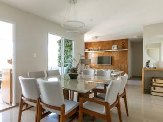 Quem disse que apartamento alugado não pode ter a cara do inquilino? Studio Elã Salas de jantar clássicas
