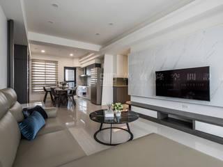 Salas de estilo moderno de SING萬寶隆空間設計 Moderno