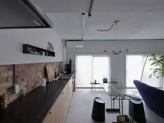 studio m+ by masato fujii Armários e bancadas de cozinha