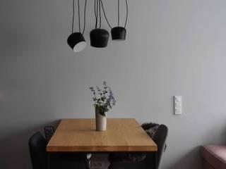 Mieszkanie na Warszawskiej Ochocie Minimalistyczny salon od Pracownia Marsala Minimalistyczny