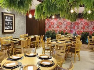Restaurante Boi na Caixa / São Paulo Corredores, halls e escadas rústicos por Giovana Lumertz Rústico