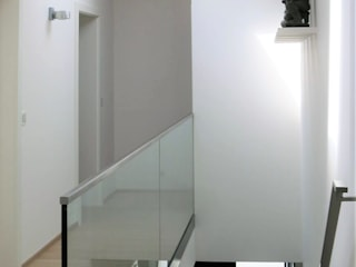 モダンスタイルの 玄関&廊下&階段 の archipur Architekten aus Wien モダン レンガ