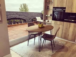 Mesa redonda extensible de estilo industrial o vintage modelo Beti con patas metálicas en madera, blanco...:  de estilo industrial de Tusmesasysillas.com, Industrial