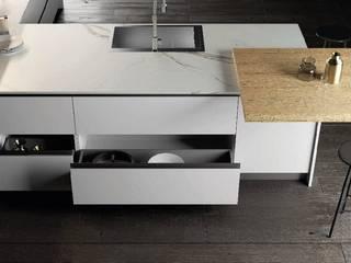 Cucina con penisola total white bianco opaco e rovere biondo di Meka Arredamenti Moderno