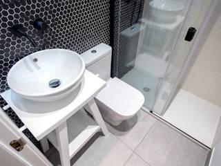 Grupo Inventia Baños de estilo mediterráneo Compuestos de madera y plástico Blanco