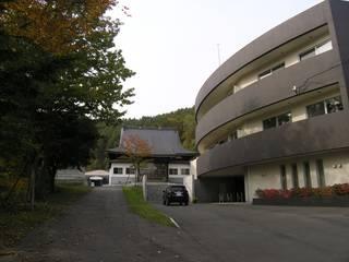 安楽寺 の アウラ建築設計事務所 モダン