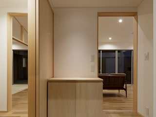 Eclectic corridor, hallway & stairs by 株式会社 井川建築設計事務所 Eclectic