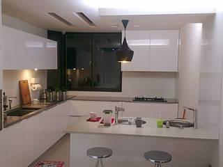 天母戴宅 現代廚房設計點子、靈感&圖片 根據 微.櫥設計/We.Design Kitchen 現代風