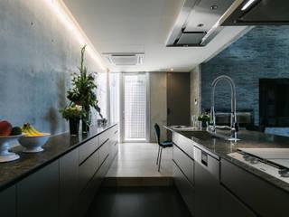海を望む高台の家 地中海デザインの キッチン の 株式会社 紀建設 スタジオビスポーク 地中海