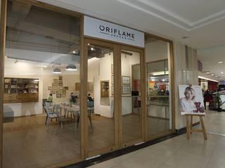 ORIFLAME DISPLAY SHOWROOM by Leur Interiors Minimalist