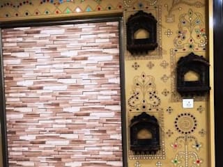 Mud Mirror Lippan Work Artist, Kutchi Traditional Wall Art Work, Beautiful Wall Design Concept Gujarat India: modern  by City Trend,Modern