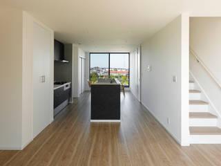 眺望を生かした 狭小敷地に建つ家 モダンデザインの リビング の ナイトウタカシ建築設計事務所 モダン