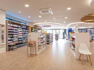 Farmácia Du Pole Sante, França Lojas e Espaços comerciais escandinavos por Medd Design Escandinavo