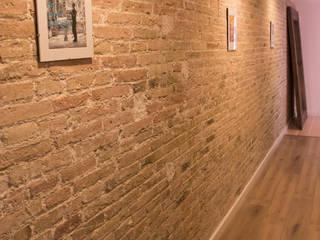 Reforma en los Encantes Pasillos, vestíbulos y escaleras de estilo industrial de Innovo Industrial
