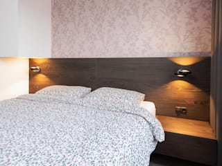 Kleine slaapkamer met kast boven het bed van De Suite Modern