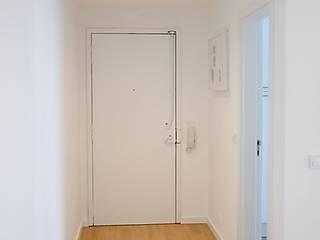 Modern Corridor, Hallway and Staircase by Cubo Três D Modern