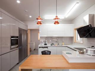 화이트 톤의 주방과 빌트인으로 붙박이장 주방 우드 색의 아일랜드 식탁의 조화가 아름다운 주방 by 위드하임 북유럽