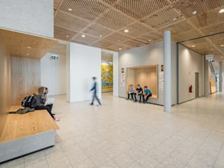 Couloir, entrée, escaliers minimalistes par Franz&Sue Minimaliste