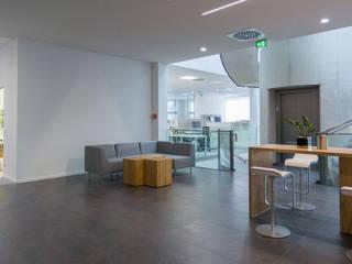 Arbeiten im Open Space Minimalistische Bürogebäude von Inka Ott Innenarchitektur Minimalistisch