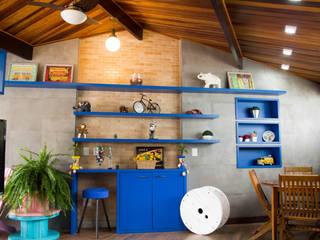 Reforma de uma garagem em uma sala multifuncional - PROJETO IC Salas de estar modernas por Studio Pedro Galaso Moderno
