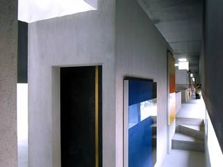 Couloir, entrée, escaliers minimalistes par 濱嵜良実+株式会社 浜﨑工務店一級建築士事務所 Minimaliste