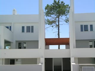 Condomínio habitacional em Vilamoura por Jorge Cruz Pinto + Cristina Mantas, Arquitectos Mediterrânico