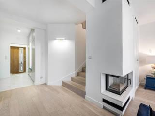 rodzinny dom pod lasem livinghome wnętrza Katarzyna Sybilska Nowoczesny korytarz, przedpokój i schody Biały