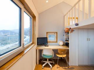 아이의 상상력을 이끌어줄 아이방은 내부 발코니를 설치 모던스타일 미디어 룸 by 위드하임 모던