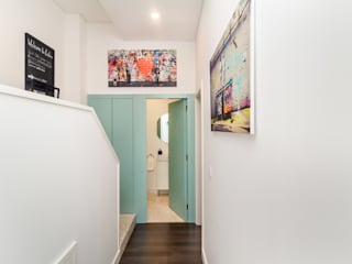 Modern corridor, hallway & stairs by HOUSE PHOTO Modern