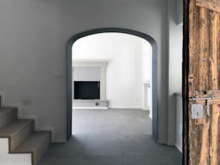 Minimalist corridor, hallway & stairs by con3studio Minimalist