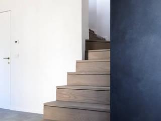 Pasillos, vestíbulos y escaleras minimalistas de con3studio Minimalista