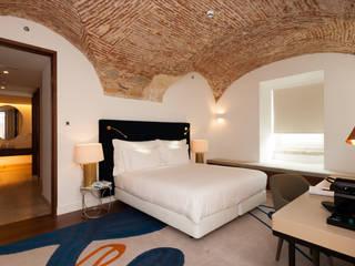 Suite Hotéis ecléticos por JCP + CM Arquitectos Eclético