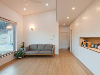 개방감을 주어 공간감을 최대화 한 거실 모던스타일 거실 by 위드하임 모던