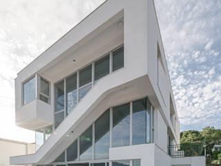 por 行一建築 _ Yuan Architects Moderno