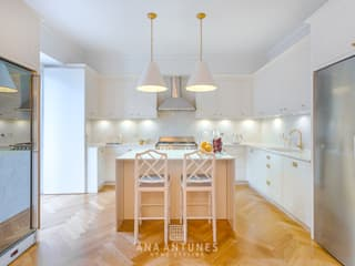 Project - Hamptons Classic Style Kitchen and Living Room Cozinhas clássicas por LojaQuerido by Ana Antunes Clássico