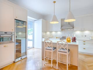 Project - Hamptons Classic Style Kitchen and Living Room por LojaQuerido by Ana Antunes Clássico