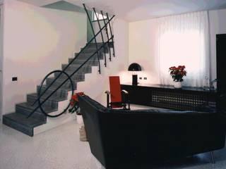 Ristrutturazione in corso d'opera di una scala interna in un appartamento ad Arena Metato, Pisa di Studio Galantini Moderno