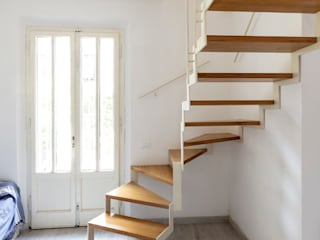 Realizzazione di una scala interna in un'abitazione a Tirrenia, Pisa di Studio Galantini Moderno